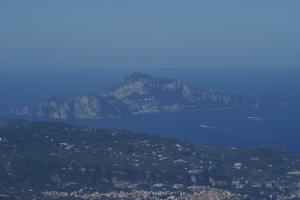 Capri - i faraglioni e parte della penisola sorrentina. Foto dal monte Faito (Vico Equense) teleobiettivo da 300 mm