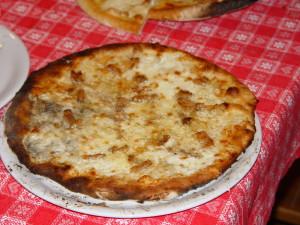 Pizza alla gricia: mozzarella di bufala, guanciale, pecorino e pepe