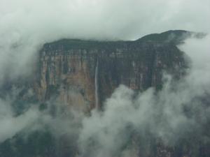 ancora la cascata che è alimentata sempre da una sorgente, oltre che dalle piogge stagionali, nonostante sia all'altezza di 1283 s.m. Il salto più alto dell'acqua è di 807 metri